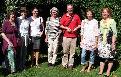 Die Kräuterfrauen bei der Führung durch den Weleda-Heilkräutergarten