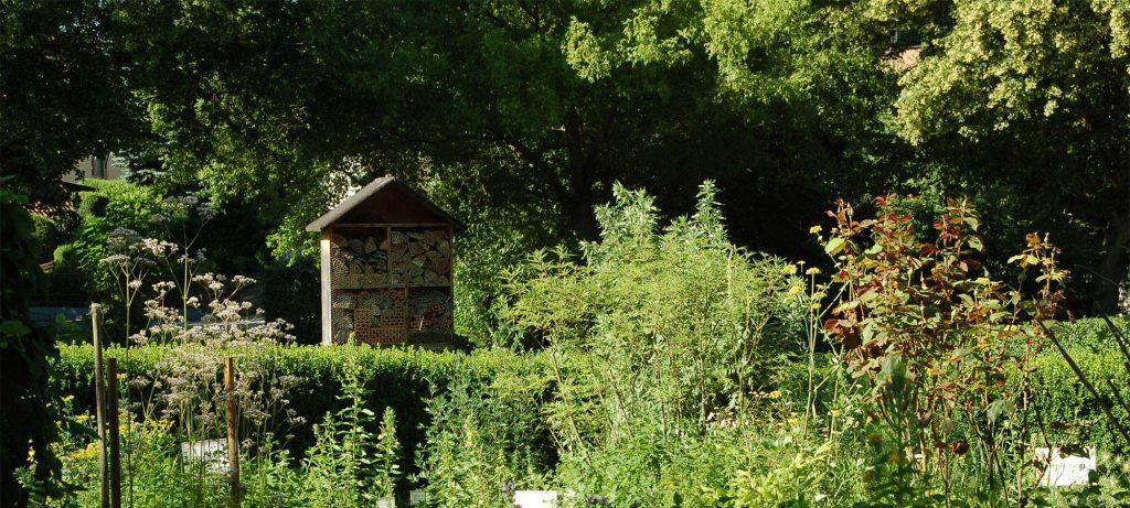 Bienenhotel im Kräutergarten