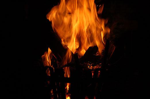 Kräuterduft aus dem Feuer beim Rauhnacht-Ritual.